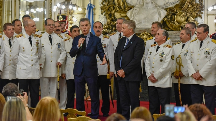 Macri habla en un acto en Casa Rosada, ante la mirada de Oscar Aguad