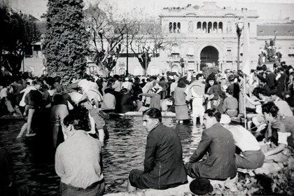 La célebre foto del 17 de octubre de 1945: nace el peronismo