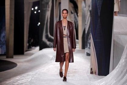 Nadege Vanhee-Cybulski, el diseñador de Hermes, presentó la nueva colección de la firma en el marco de la semana de la moda con varios looks en total cuero