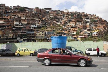 Imagen del barrio de Petare, donde se encuentra el hospital del que Médicos Sin Fronteras debió retirarse (AP Foto/Ariana Cubillos)