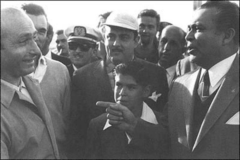 """""""En este mismo lugar fue secuestrado por un comando del Movimiento 26 de Julio dirigido por Oscar Lucero, el cinco veces campeón mundial de automovilismo Juan Manuel Fangio"""", dice una placa en la fachada del hotel Lincoln"""