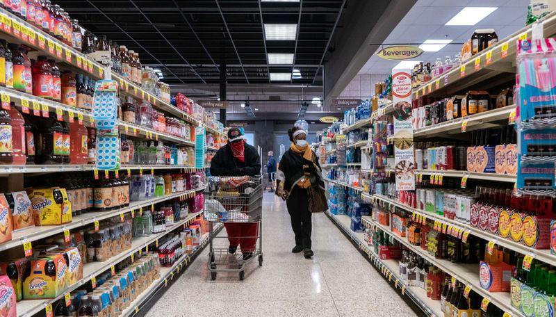 FOTO DE ARCHIVO: Compradores curiosean en un supermercado en el norte de San Luis, Misuri, Estados Unidos. 4 de abril de 2020.  REUTERS/Lawrence Bryant