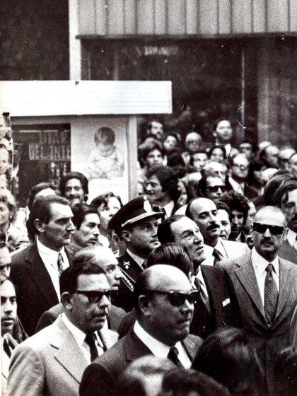 Perón camina por la avenida Florida y a su lado su edecán Díaz