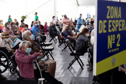 Personas mayores esperan para recibir la primera dosis de la vacuna china Sinovac contra la Covid-19 el 3 de febrero de 2021, en un centro habilitado para la vacunación en masa, en Santiago (Chile). EFE/ Alberto Valdés