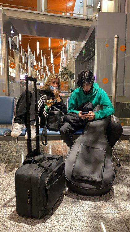 La pareja viajó a México con dos de los hijos del músico