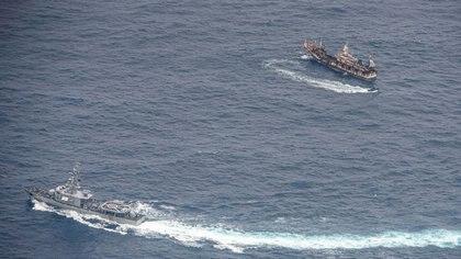 Armada del Ecuador flota cerca de una embarcación tras detectar una flota con banderas mayormente chinas en el Océano Pacífico, 7 de agosto del 2020.    REUTERS/Santiago Arcos