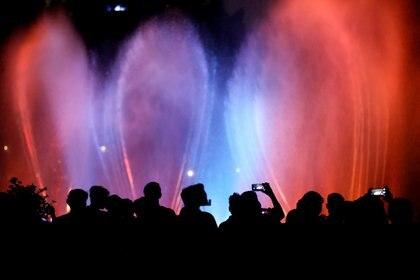 La multitud observa un espectáculo de aguas danzantes en la celebración del año nuevo en Yakarta, Indonesia