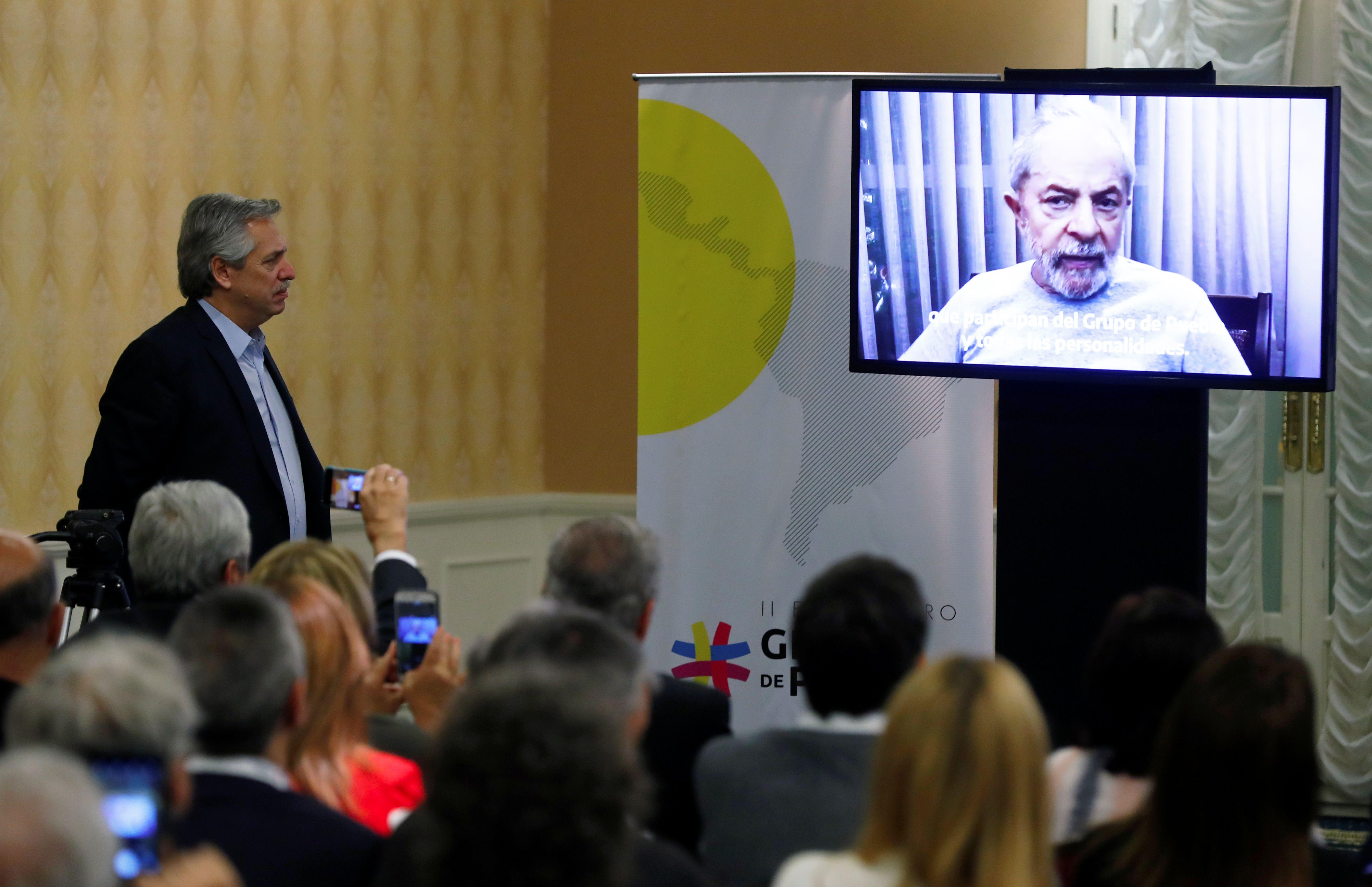 Alberto Fernández vio el video de Lula ayer en la cumbre de Puebla. REUTERS/Agustin Marcarian