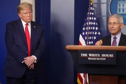 El presidente de Estados Unidos, Donald Trump, junto al principal experto sobre la pandemia de la Casa Blanca, el doctor Anthony Fauci (Reuters)