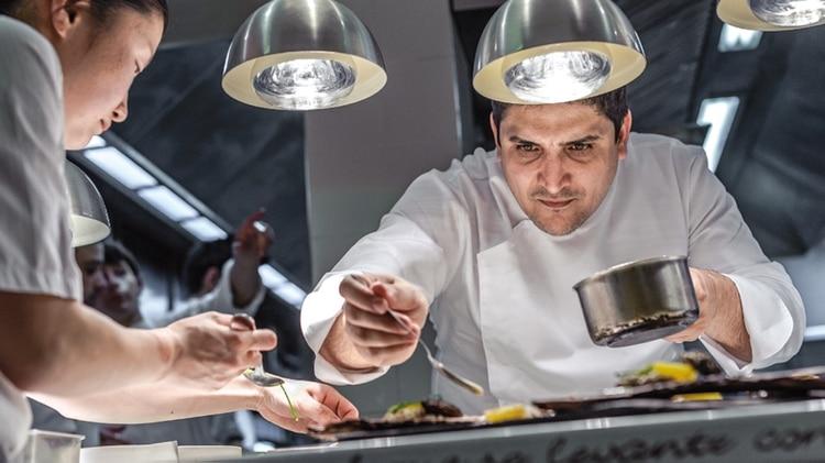 La terminación de cada plato tiene un trabajo minucioso y de dedicación que lleva tiempo y es de gran concentración para que salga perfecto y en el plato se vea una auténtica comida de autor