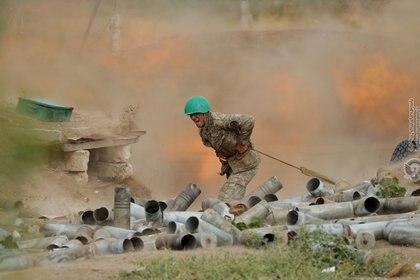 Un soldado de la etnia armenia dispara artillería en los combates contra las fuerzas azerbaiyanas (Reuters/Ministerio de Defensa de Armenia)