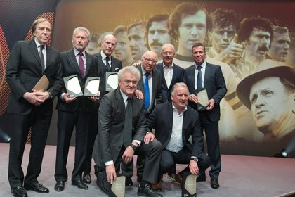 Las leyendas del fútbol alemán Guenter Netzer, Paul Breitner, Matthias Sammer, Uwe Seeler, Franz Beckenbauer, Lothar Matthaeus (parados), Sepp Maier y Andreas Brehme (agachados) posan luego de ser incluidos en el Salón de la Fama, en el Museo Alemán de Fútbol en abril de este año.  REUTERS/Ina Fassbender/Pool