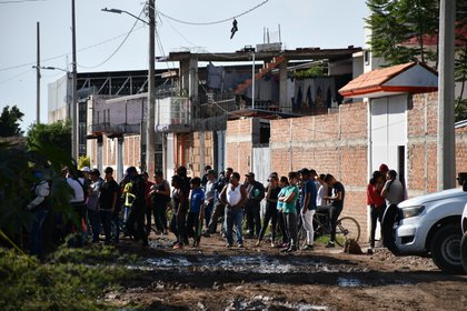 """Los primeros reportes afirmaron que un grupo armado de más de 15 personas ingresaron al lugar y presuntamente dispararon, después de formarlos, """"una ráfaga de al menos 80 disparos a los cuerpos tirados"""" (Foto: Cortesía Alejandro Gibran Chichipan)"""
