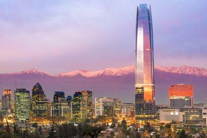 Sorprendente, cosmopolita, enérgica, sofisticada y mundana, Santiago es una ciudad de corrientes culturales, movidas nocturnas, museos expansivos y restaurantes de primer nivel