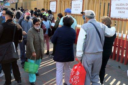 Familiares de pacientes de la Covid-19 esperan resultados en la entrada principal del Hospital General de México (Foto: EFE/ José Pazos/Archivo)