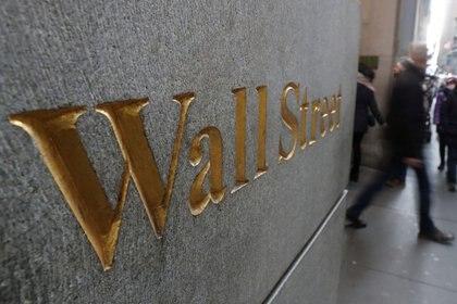 La señal de la calle Wall Street en el muro de la Bolsa de Valores de Nueva York (NYSE) ( REUTERS/Shannon Stapleton/)