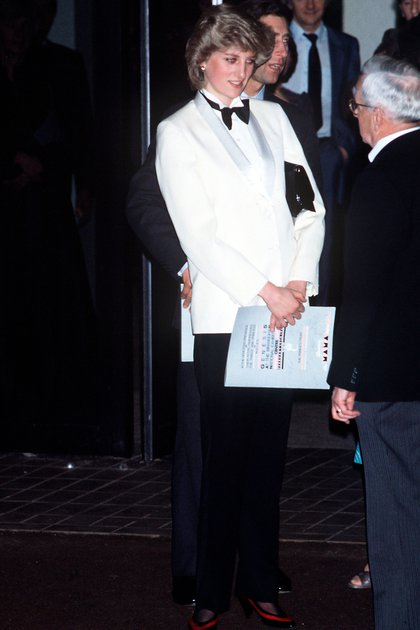 A Diana le parecía divertido usar saco y pantalón de vez en cuando a pesar de que ella era muy femenina. lo vivía como otro acto de rebeldía (Shutterstock)