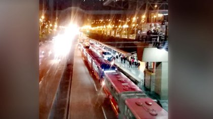 Usuarios reportan trancón en TransMilenio a la altura de la estación Banderas.