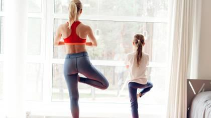 Es fundamental mantener ciertas rutinas, como por ejemplo proponerse  hacer actividad física dentro de casa (Shutterstock)