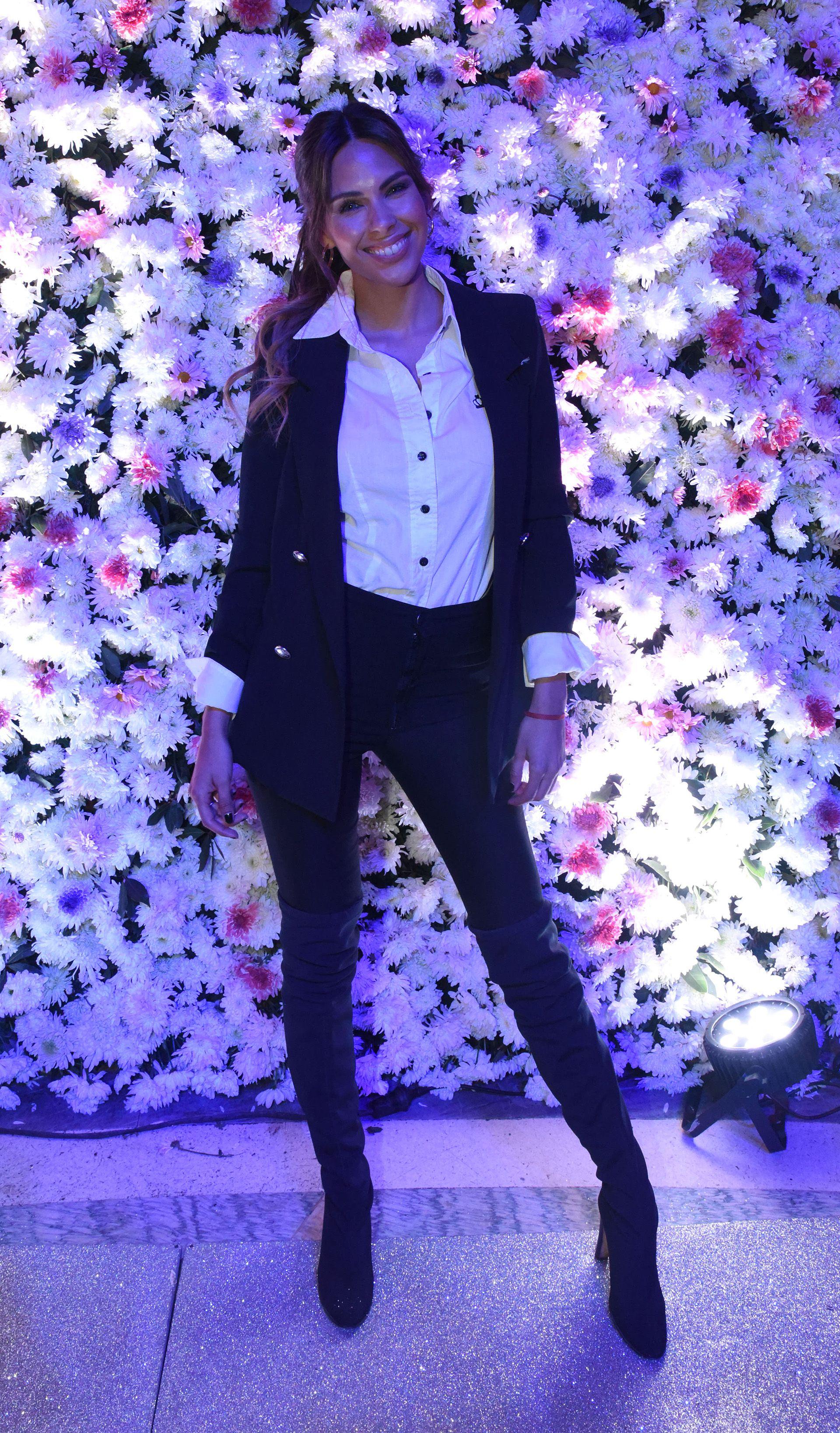 Con botas bucaneras, pantalón de vestir, blazer y camisa blanca con botones negros, Barbie Franco observó atentamente los diseños de Jorge Rey