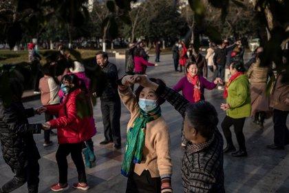 Personas bailan en Wuhan, pese a la conmemoración del aniversario de la primera persona muerta por el COVID-19 en esa ciudad