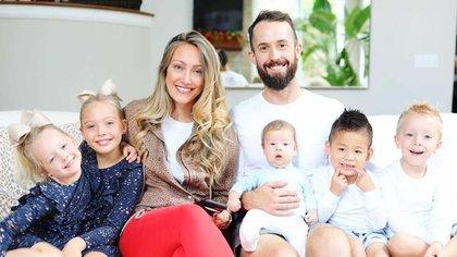 Myka y James Stauffer con sus cinco hijos - Nakova (8) y Jaka (6) y los varones menores  Onyx (1), Huxley (5) y Radley (4), antes de que devolvieran al pequeño que habían adoptado en China tres años antes (Instagram)
