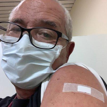 Guillermo Cabrera tiene 61 años, cinco hijos y vive en Banfield. Se postuló como voluntario para recibir la vacuna del COVID-19 junto a su hijo menor, Gerónimo. El pasado martes 25 de agosto, recibió la primera dosis que completará el próximo 14 de septiembre (@guillermocabrera11)