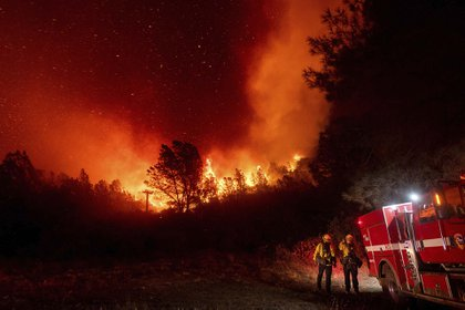 Bomberos observan el acercamiento del fuego en Oroville, California, el miércoles 9 de septiembre de 2020 (Foto AP/Noah Berger)