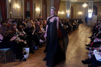 De seda negro y bordado en el escote. Uno de los diseños de Danse, la colección de Maureene Dinar