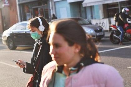 Transeúntes con barbijos en las calles de Londres (REUTERS/Dylan Martinez)