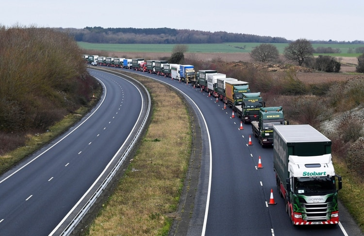 Una larga fila de camiones varados durante el simulacro de Brexit realizado en el Reino Unido para adelantarse a los problemas que surgirán a partir del 1 de noviembre(Reuters)
