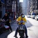 Un trabajador de reparto de Meituan con una mascarilla en una calle de Shanghai, China. Las condiciones de trabajo a las que son sometidos violan normativas nacionales e internacionales sin que las autoridades intervengan (Reuters)