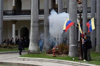 Colectivos chavistas bloquean las puertas del Parlamento de Venezuela (AFP)