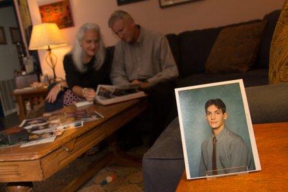 Fotografía de archivo de Marc y Debra Austin, padres del periodista estadounidense Austin Tice, desaparecido desde hace más de dos años revisan fotografías de su hijo y su familia en su casa de Houston (Texas). EFE/ Alicia L. Pérez /Archivo