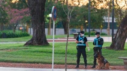 Policías durante la cuarentena en la ciudad de Buenos Aires, Argentina (Adrián Escandar)