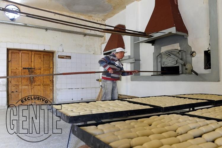El Horno 1 del Penal de Sierra Chica donde Ariel Acuña cocinó empanadas de carne humana luego de que otro grupo de convictos trozara cuerpos de presos masacrados en el motín. Hoy -como lo muestra la imagen- se usa para cocer el pan con que se alimenta la población de la prisión.