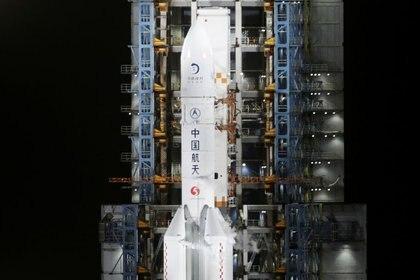 El cohete Long March-5 Y5, que transporta la sonda lunar Chang'e-5, se ve antes de despegar del Centro de Lanzamiento Espacial Wenchang, en Wenchang, provincia de Hainan, China, el 24 de noviembre de 2020. REUTERS/Tingshu Wang