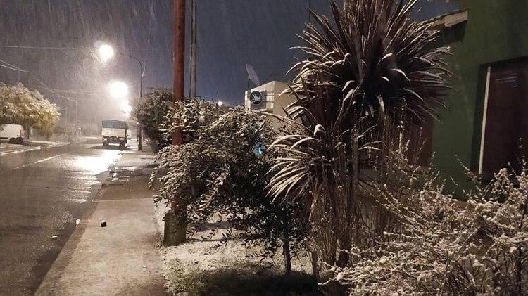 La nevada en la madrugada del martes en la localidad de La Dulce, en el partido de Necochea (@MipuebloJNFdez)
