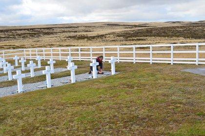 Eduardo Eurnekian rinde honor a los caídos en uno de sus tantos viajes a Malvinas, el 27 de abril de 2012