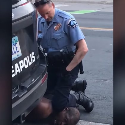 La imagen de George Floyd, ciudadano afroamericano siendo asfixiado por la rodilla del policía Derek Chauvin le dio la vuelta al mundo, despertando la indignación de miles de personas que están protestando en contra del racismo.