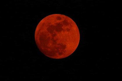 La Luna roja sobre la localidad de Funes (Foto: Adrián Arquiola, astrónomo)