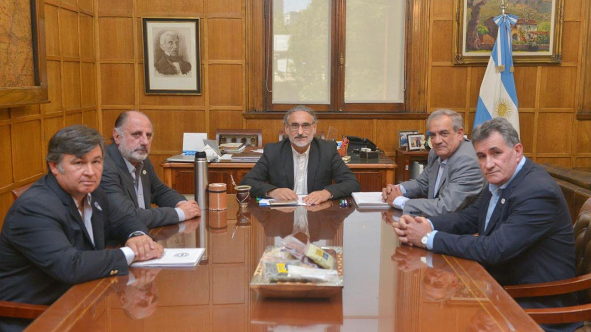 Representantes de la Mesa de Enlace junto al ministro Luis Basterra