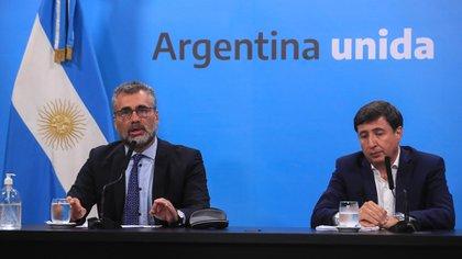 El titular de la Anses, Alejandro Vanoli, junto al ministro de Trabajo, Claudio Moroni, en el momento de anunciar el Ingreso Familiar de Emergencia