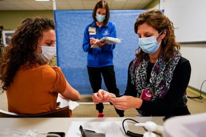Los trabajadores de la salud participan en un ensayo para la administración de la vacuna contra la enfermedad del coronavirus de Pfizer en Indiana University Health en Indianápolis, Indiana. REUTERS/Bryan Woolston