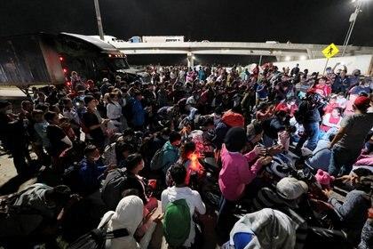 Hondureños rezan antes de partir en la nueva caravana de migrantes en San Pedro Sula el 9 de diciembre de 2020. REUTERS/Yoseph Amaya