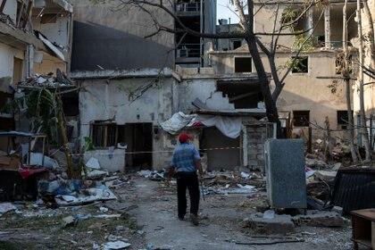 Un hombre mira los restos de su casa que fue dañada por la explosión en el puerto de Beirut, en el vecindario de Karantina, Beirut, Líbano, Beirut, Líbano, el 12 de agosto de 2020.