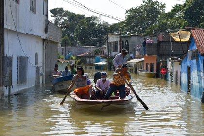 Macuspana uno de los municipios más afectados por las lluvias que dejaron a cientos de personas sin luz, agua y techo donde dormir, muchos de ellos durmiendo en la calle, solo con algunas cosas que pudieron rescatar FOTO: ÁNGEL HERNÁNDEZ/CUARTOSCURO