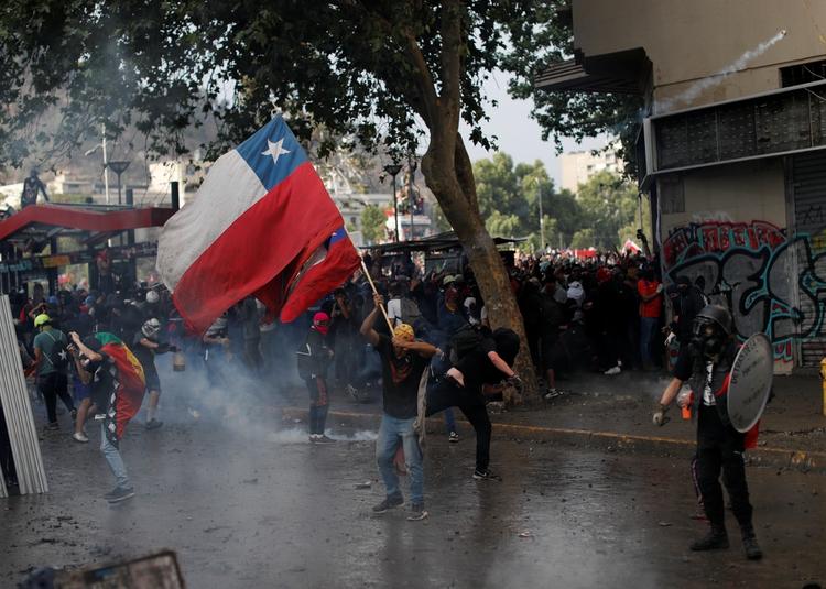 El temblor se sintió en Santiago de Chile durante una manifestación contra el Gobierno este lunes 4 de noviembre (REUTERS/Jorge Silva)