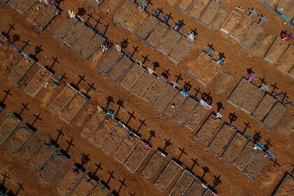 Un cementerio para víctimas de Covid-19 en la ciudad brasileña de Manaos. Foto: REUTERS/Bruno Kelly