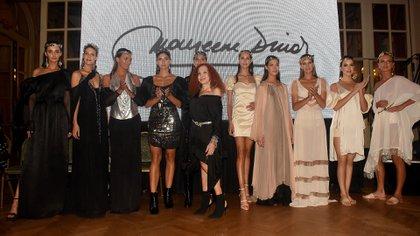 Maureene Dinar junto a sus modelos luciendo la colección Danse en el final del desfile